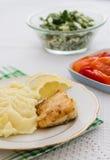 grillar nya mosade potatisar för fisk steak Arkivbild