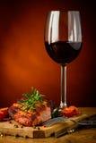 Grillat biff och exponeringsglas av rött vin Arkivfoton
