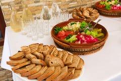 Grillat bröd och gravade gurkor tjänade som för en matställetabell Arkivfoto