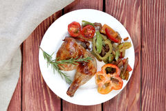 Grillat fegt ben med rosmarin och grönsaker royaltyfri foto