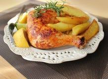 Grillat fegt ben med småfiskar potatis och citron Royaltyfri Bild