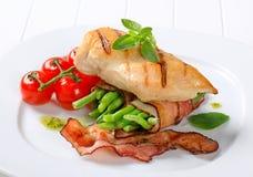 Grillat fegt bröst med bacon-slågna in haricot vert Arkivfoton