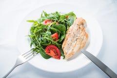 Grillat fegt bröst och ny sallad med tomaten och greensRoasted feg ny sallad för bröst och med tomaten och gräsplaner Arkivfoto