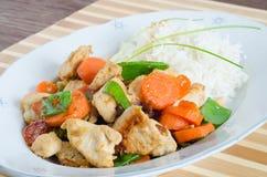 Grillat fegt med blandade grönsaker och ris Arkivfoto