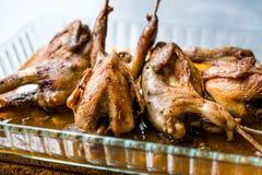 Grillat frasigt vaktelkött i exponeringsglasbunke/Fried Small Chickens royaltyfria bilder