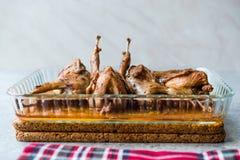 Grillat frasigt vaktelkött i exponeringsglasbunke/Fried Small Chickens arkivbilder