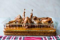 Grillat frasigt vaktelkött i exponeringsglasbunke/Fried Small Chickens arkivbild