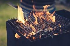 Grillat grillfestgaller/galler för att grilla på kol på det utomhus- som tonas arkivbilder