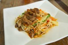 Grillat griskött för Papaya sallad Arkivfoton