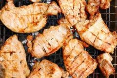 Grillat griskött, grillfest, grillad BBQ-köttmat på spisgallret, snitt för bakgrund för köttmål in i grillad bästa sikt för styck Arkivfoton