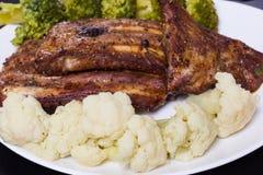 Grillat griskött med grönsaker Arkivfoto