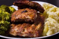 Grillat griskött med grönsaker Royaltyfria Bilder