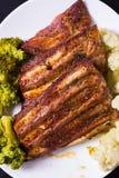 Grillat griskött med grönsaker Arkivbild