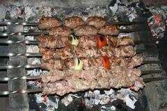 Grillat griskött- och lammkött som nästan är klart att äta arkivfoton