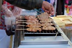 Grillat griskött shoppar på plazaen Royaltyfri Fotografi