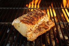 Grillat griskött Striploin och BBQ-flammor, XXXL Arkivfoto