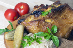 Grillat grisköttben som tjänas som med surkålen Royaltyfri Fotografi