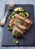 Grillat griskött med salsa Verde och zucchinin som skivas Royaltyfri Foto
