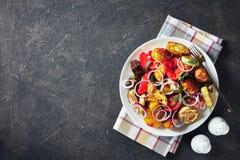 Grillat i smakliga varma grönsaker för en ugn royaltyfri bild