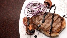 Grillat kött med grönsaker på en härlig maträtt Arkivfoto