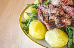 Grillat kött med kokta potatisar och grönsaker Arkivbilder