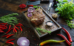 Grillat kött med lökar, vitlök, kryddor, nya örter, röd peppar och saltar Royaltyfria Foton