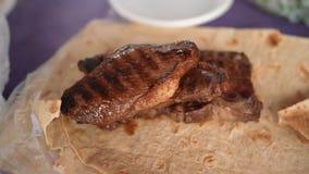 Grillat kött med pitabröd arkivfoto