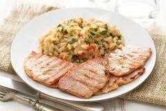 Grillat kött med ris och grönsaker royaltyfri fotografi