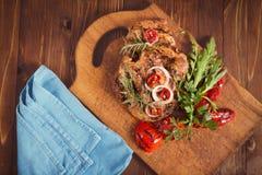 Grillat kött med sallad och grönsaker Royaltyfria Bilder