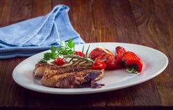 Grillat kött med sallad och grönsaker Royaltyfri Foto