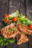 Grillat kött med sallad och grönsaker Arkivfoton