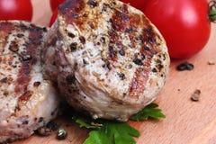Grillat kött med tomaten Arkivfoton