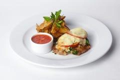 Grillat kött med tomater och majonnäs, potatis Arkivbilder