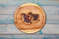 Grillat kött på träbräde royaltyfri fotografi