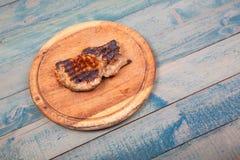 Grillat kött på träbräde fotografering för bildbyråer