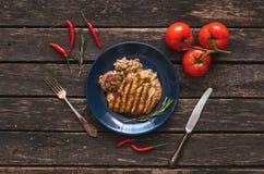 Grillat kalkonkött och röd peppar för för tomat och röd chili på träbakgrunden Lekmanna- bifflägenhet Arkivfoton