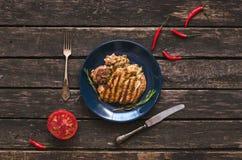 Grillat kalkonkött och röd peppar för för tomat och röd chili på träbakgrunden Lekmanna- bifflägenhet Royaltyfria Bilder