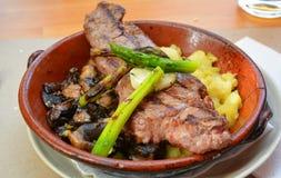 Grillat kalvkött på en restaurang i Lissabon Arkivfoto