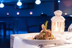 Grillat lamm på en maträtt Matställe i restaurang arkivbilder