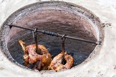 Grillat lamm som göras i jordugnen, traditionell turkisk kokkonst Royaltyfri Fotografi