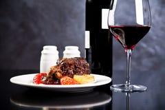 Grillat nötkött med rött vin fotografering för bildbyråer