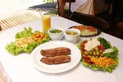 Grillat nötkött med stekt potatisar och sallad Royaltyfri Fotografi