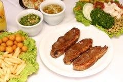 Grillat nötkött med stekt potatisar och sallad Royaltyfri Foto