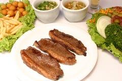 Grillat nötkött med stekt potatisar och sallad Royaltyfria Foton