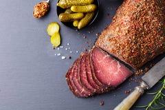Grillat nötkött, pastrami kritiserar på skärbrädan Top beskådar kopiera avstånd royaltyfri fotografi