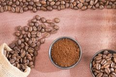 Grillat och malt kaffe - Coffea royaltyfri foto