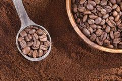 Grillat och malt kaffe - Coffea royaltyfria foton