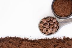 Grillat och malt kaffe i bunken Vit bakgrund - Coffea arkivbild