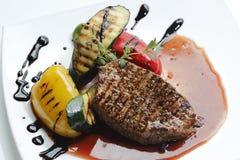 Grillat stycke av nötkött med grönsaken Fotografering för Bildbyråer
