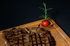Grillat t-ben, bakad potatis royaltyfri fotografi